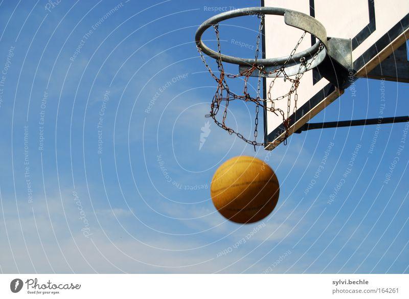 FlugZeug Sport Ballsport Basketball Korb fallen Spielen blau braun silber Kraft Tatkraft Treffer Ziel zielen Genauigkeit Himmel himmelblau mehrfarbig