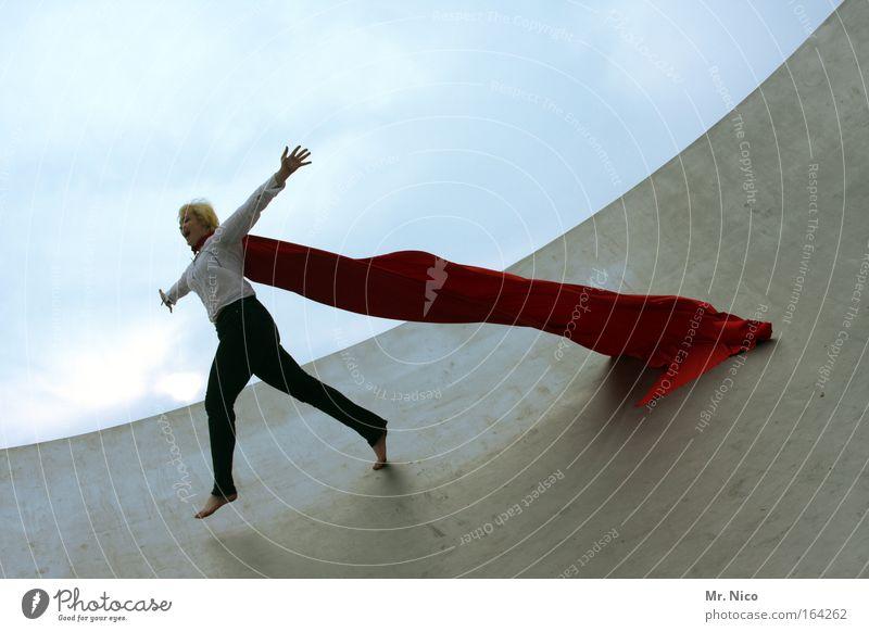 fly away Landebahn fliegen rot Freiheit springen Freude Glück Umhang superwoman Barfuß Rampe