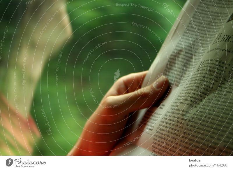 Zug fahren, Zeit haben. Mensch Ferien & Urlaub & Reisen grün Hand rot ruhig Zufriedenheit Eisenbahn lesen Gelassenheit Medien Zeitung Interesse Personenverkehr