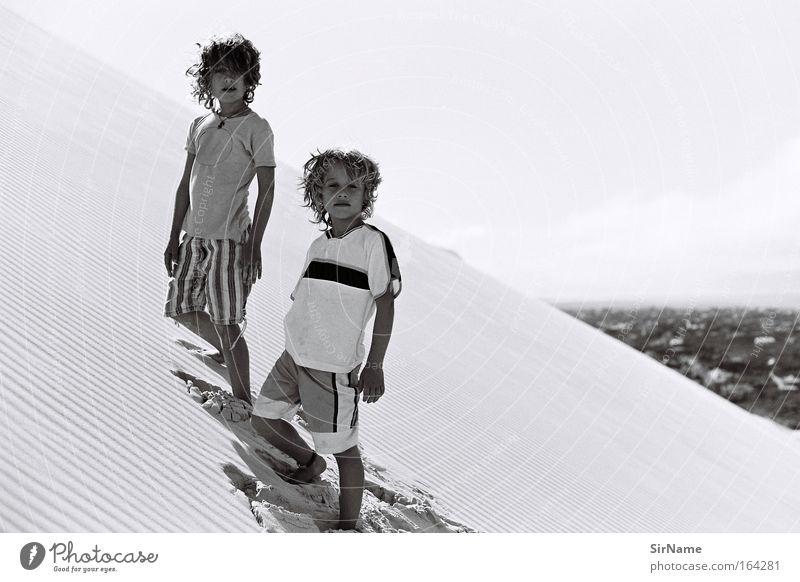 95 [boys will be men] Mensch Kind Jugendliche schön Strand Junge Sand Mode Zusammensein Kindheit authentisch Coolness Familie & Verwandtschaft einzigartig T-Shirt Klettern