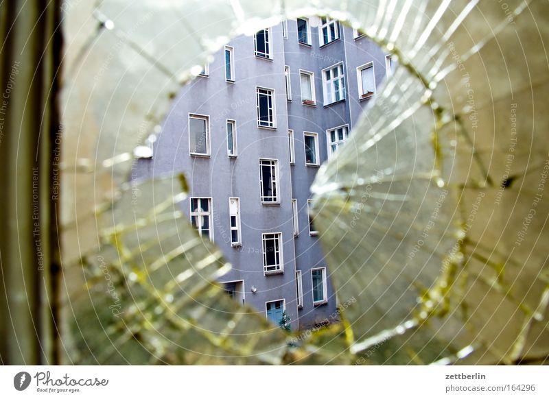 Jungsfoto Fensterscheibe Scheibe Glas Glasscheibe gebrochen Bruch glasbruch Scherbe Loch rund Versicherung kaputt springen Riss Zerstörung Haus Stadthaus
