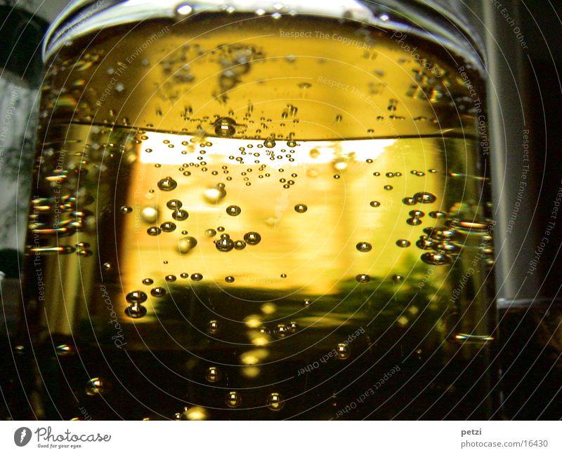 Prickelnd trinken Saft Alkohol Glas Flüssigkeit gelb Durst Sirup Luftblase Lichteinfall Alkoholisiert Farbfoto Innenaufnahme Detailaufnahme Textfreiraum unten