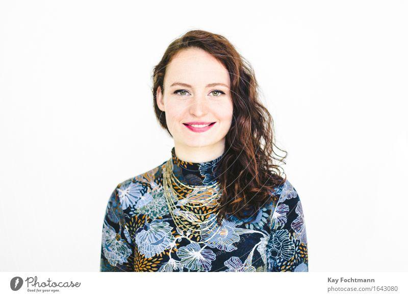 ° schön Lippenstift Leben Zufriedenheit Mensch feminin Junge Frau Jugendliche 1 18-30 Jahre Erwachsene Kleid brünett langhaarig Locken genießen Lächeln leuchten
