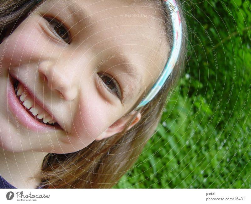Ich bin so fröhlich Kind Mädchen grün Wiese lachen Fröhlichkeit