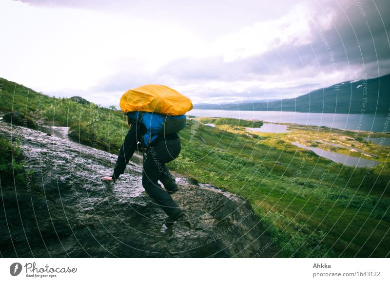 Irrwege III sportlich Ferien & Urlaub & Reisen Abenteuer wandern Mensch 1 Natur schlechtes Wetter Felsen Berge u. Gebirge orange Tapferkeit Willensstärke Mut