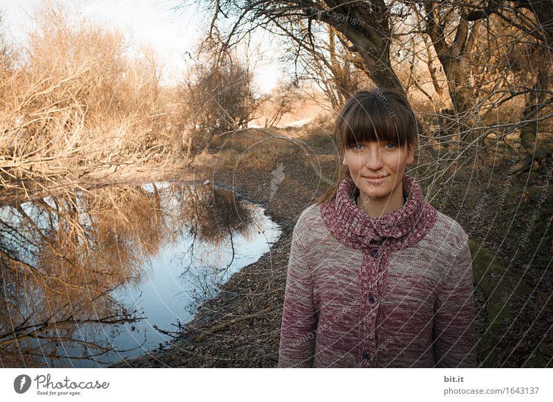 In den Auen Mensch Natur Jugendliche Junge Frau Wasser Baum Wald Herbst feminin lachen Glück trist Kindheit Lächeln Teich Klimawandel