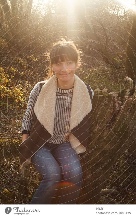 Hallo Herbst... feminin Junge Frau Jugendliche Natur Wald Glück Zufriedenheit herbstlich Außenaufnahme Morgendämmerung Dämmerung Licht Reflexion & Spiegelung