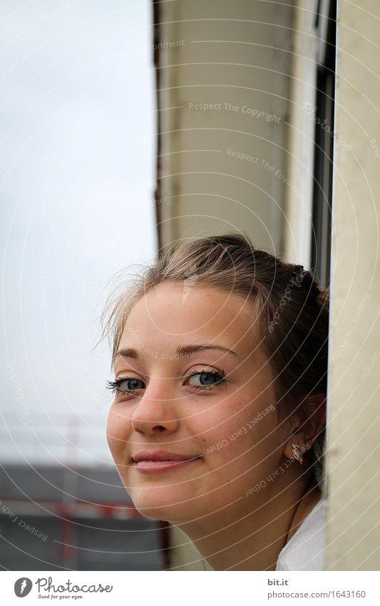 Frohen Montag Jugendliche Junge Frau Haus Freude Fenster Erwachsene feminin Glück Wohnung träumen Zufriedenheit Aussicht Fröhlichkeit Lebensfreude Neugier