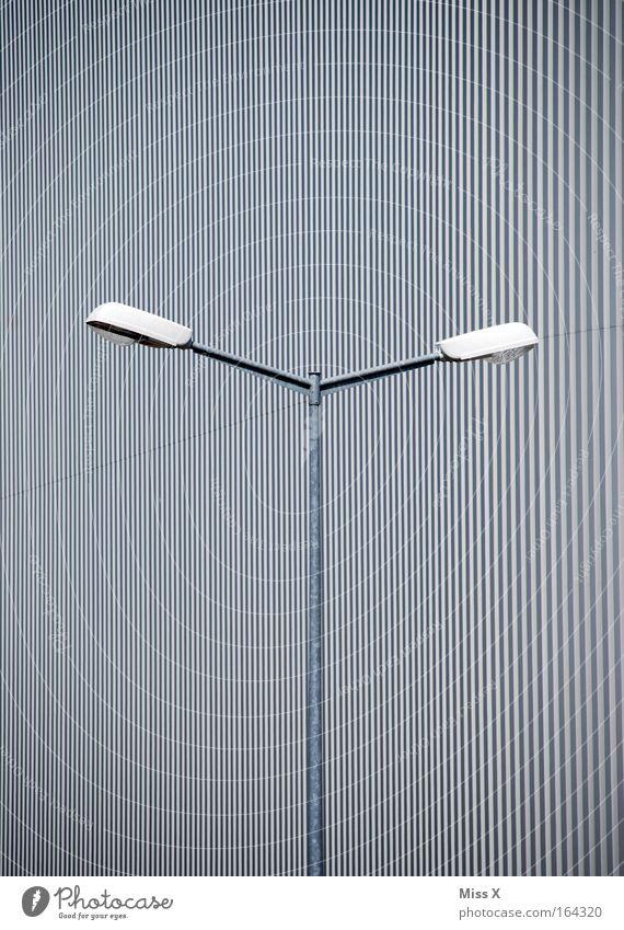 Y Farbfoto Schwarzweißfoto Außenaufnahme Menschenleer Industrieanlage Fabrik Gebäude grau Straßenbeleuchtung Moiré-Effekt Laterne frontal Vorderseite Tag