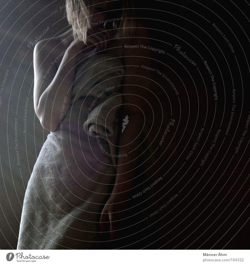 Schattenseiten. Frau Mensch Jugendliche Erwachsene Einsamkeit feminin Gefühle Kopf Haare & Frisuren blond Arme Haut authentisch stehen Warmherzigkeit 18-30 Jahre