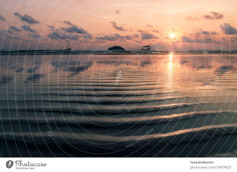 Reflexion of sunset at the beach harmonisch Erholung Ferien & Urlaub & Reisen Tourismus Sommer Sommerurlaub Strand Meer Wellen Wasser Himmel Sonnenaufgang