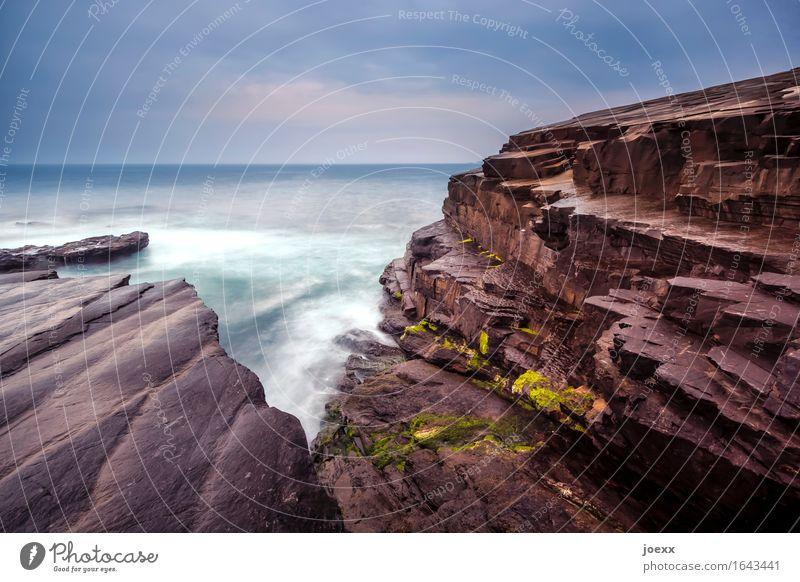 Schicht Wasser Felsen Wellen Küste Kilkee Republik Irland Europa alt frei wild blau braun weiß Horizont Farbfoto Außenaufnahme Menschenleer Tag Kontrast