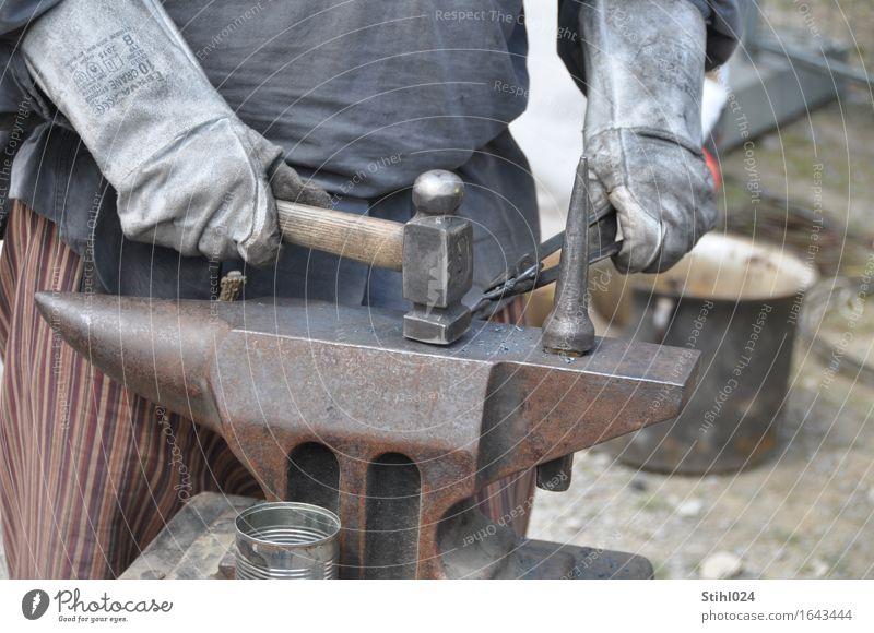 Schlag auf Schlag Handwerker Schmied Schmiedekunst Arbeitsplatz Werkzeug Hammer Ambiente Zange Handschuhe Schürze Metall Arbeit & Erwerbstätigkeit grau Kraft