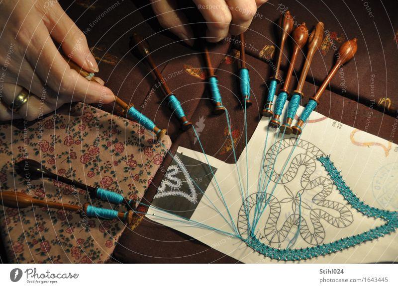 klöppeln Stil Design Freizeit & Hobby Handarbeit Spule Garnspulen Nähgarn feminin Finger Kunstwerk festhalten machen historisch braun türkis Leidenschaft