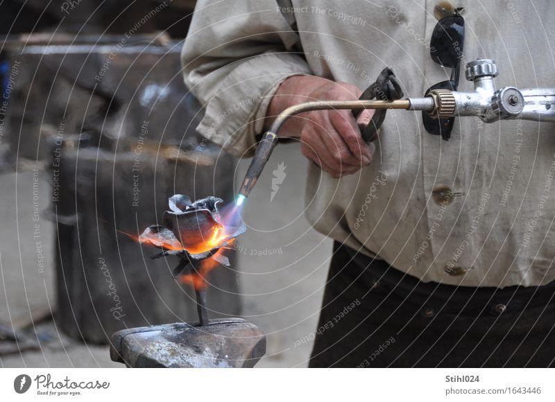 Formgebung Handwerker Werkstatt Werkzeug Schraubstock Schweißgerät Zange Flamme rotglühend maskulin 1 Mensch Kunstwerk Skulptur Arbeitsbekleidung Metall Stahl