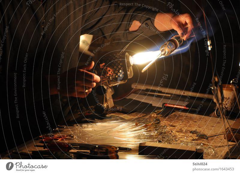 Glasbläser Design Handarbeit Handwerker Arbeitsplatz Werkzeug Gasbrenner brennen Flamme Wärme Arme Finger 1 Mensch Röhren Arbeit & Erwerbstätigkeit Bewegung