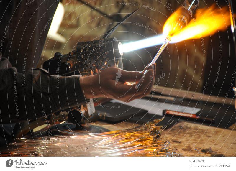 Glasbläser Handwerker Glasblasen Werkzeug Gasbrenner Flamme Wärme weißglühend Finger 1 Mensch Kunstwerk Bewegung machen rund Genauigkeit Präzision Qualität
