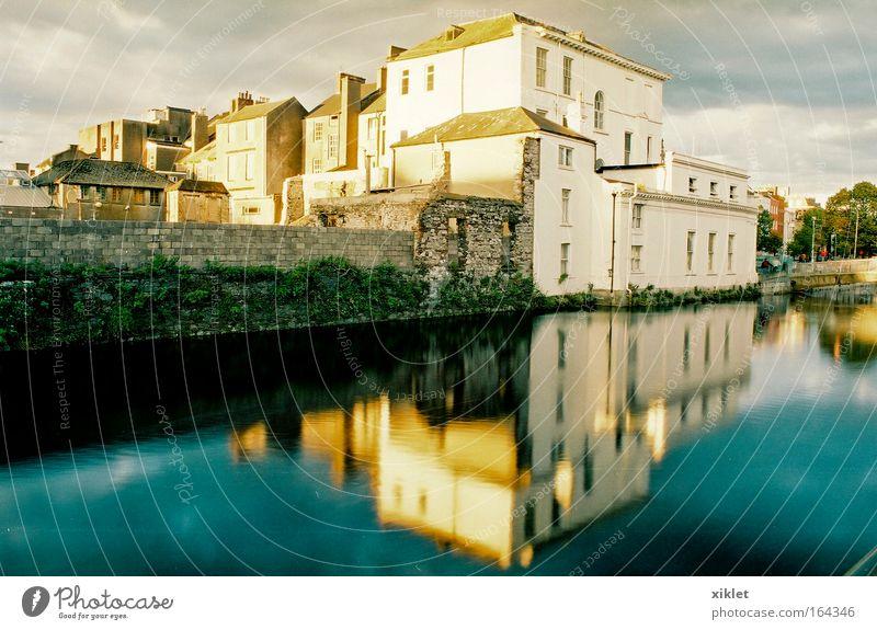 Wasser blau Stadt schön Ferien & Urlaub & Reisen gelb Umwelt grau Gebäude Ausflug Armut Fassade Tourismus authentisch Fluss stark