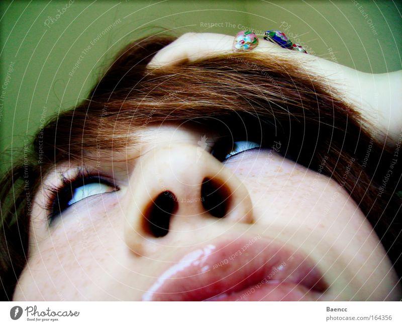 die Versuchung Farbfoto Nahaufnahme abstrakt Tag Froschperspektive Wegsehen Haare & Frisuren Haut Gesicht Kosmetik Schminke Lippenstift feminin Junge Frau