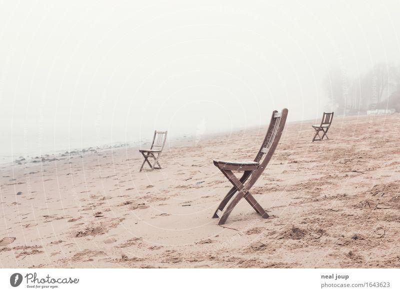 Elbufer – deluxe Sand Frühling Herbst Nebel Flussufer Strand Hamburg Stuhl Holz sitzen warten braun grau geduldig ruhig Fernweh Einsamkeit Erwartung ästhetisch