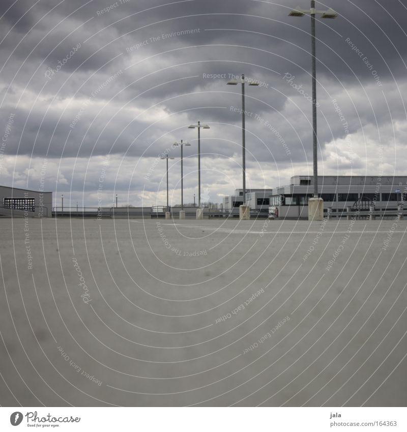 On the Roof II Gedeckte Farben Außenaufnahme Menschenleer Textfreiraum unten Tag Schatten Kontrast Schwache Tiefenschärfe Froschperspektive Wolken