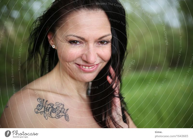 Im Park feminin 1 Mensch Landschaft Schönes Wetter Tattoo schwarzhaarig langhaarig beobachten Lächeln Blick warten schön Fröhlichkeit Zufriedenheit Lebensfreude