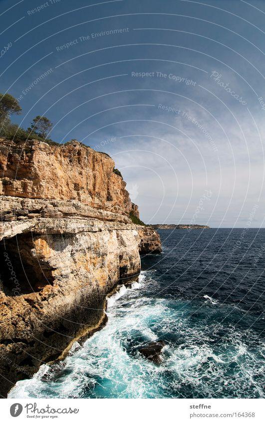 Urlaubsfoto, aber schön Farbfoto Außenaufnahme Menschenleer Textfreiraum oben Tag Weitwinkel Landschaft Wasser Himmel Felsen Wellen Küste Meer Mittelmeer Insel