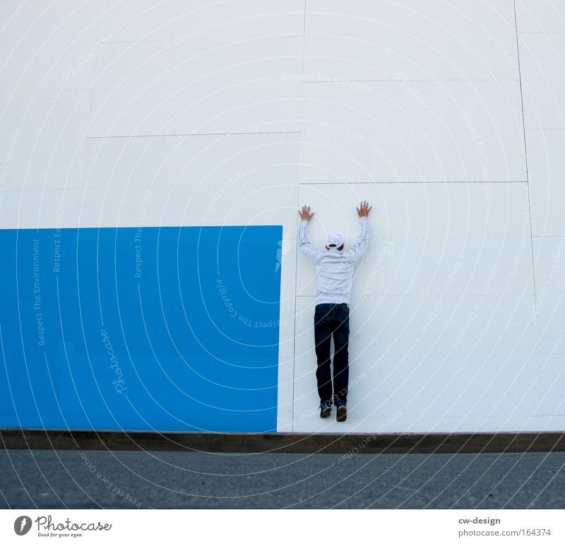 Mißlungene Tarnung Mensch Mann Jugendliche alt blau weiß Ferien & Urlaub & Reisen Freude Erwachsene Leben Wand springen Mauer Kunst Freizeit & Hobby Fassade