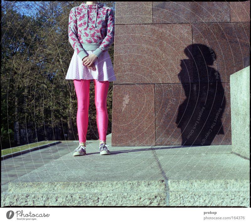 Haltung bewahren Mensch Jugendliche schön Freude Erwachsene Farbe feminin Stil Mode Zufriedenheit rosa warten Fröhlichkeit außergewöhnlich stehen