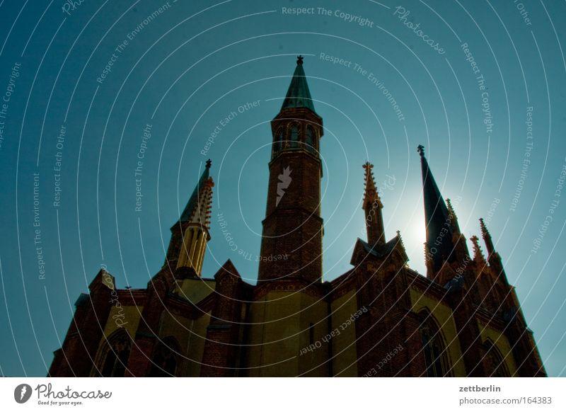 Kirche Himmel Sonne Religion & Glaube Turm Skyline Burg oder Schloss Schönes Wetter heilig Märchen Textfreiraum Wolkenloser Himmel Kirchturm Vampir Erker Zinnen