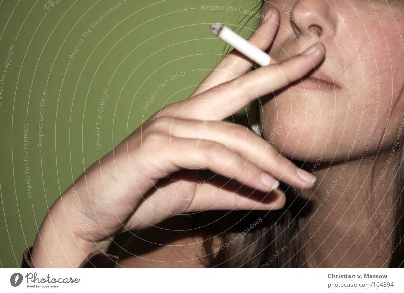 Junge Frau mit Zigarette vor grünem Hintergrund Farbfoto Gedeckte Farben Innenaufnahme Nahaufnahme Textfreiraum links Textfreiraum oben Hintergrund neutral