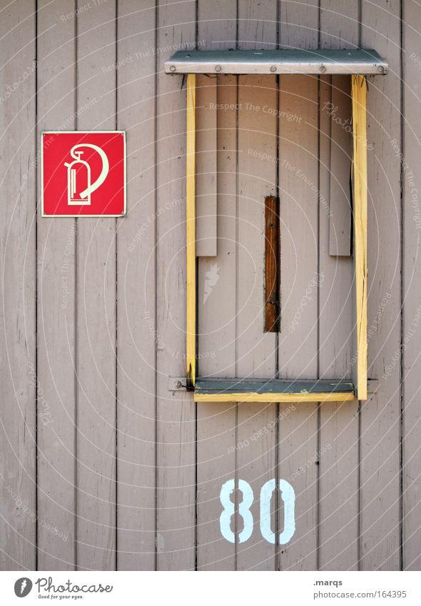 Was tun wenn´s brennt Farbfoto Außenaufnahme Textfreiraum links Totale Fassade Feuerlöscher Holz Zeichen Schriftzeichen Schilder & Markierungen alt