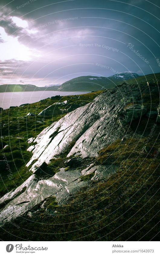 Nach dem Regen Wasser Klimawandel schlechtes Wetter Unwetter Sturm Gewitter Felsen Seeufer bedrohlich dunkel glänzend nass Traurigkeit Sorge Trauer Müdigkeit