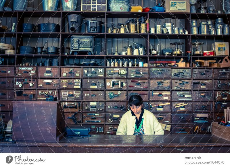 Eine gemischte Tüte für ne mark bitte! Arbeit & Erwerbstätigkeit Arbeitsplatz Werkzeug Mensch feminin Frau Erwachsene 1 30-45 Jahre Beratung kaufen retro blau