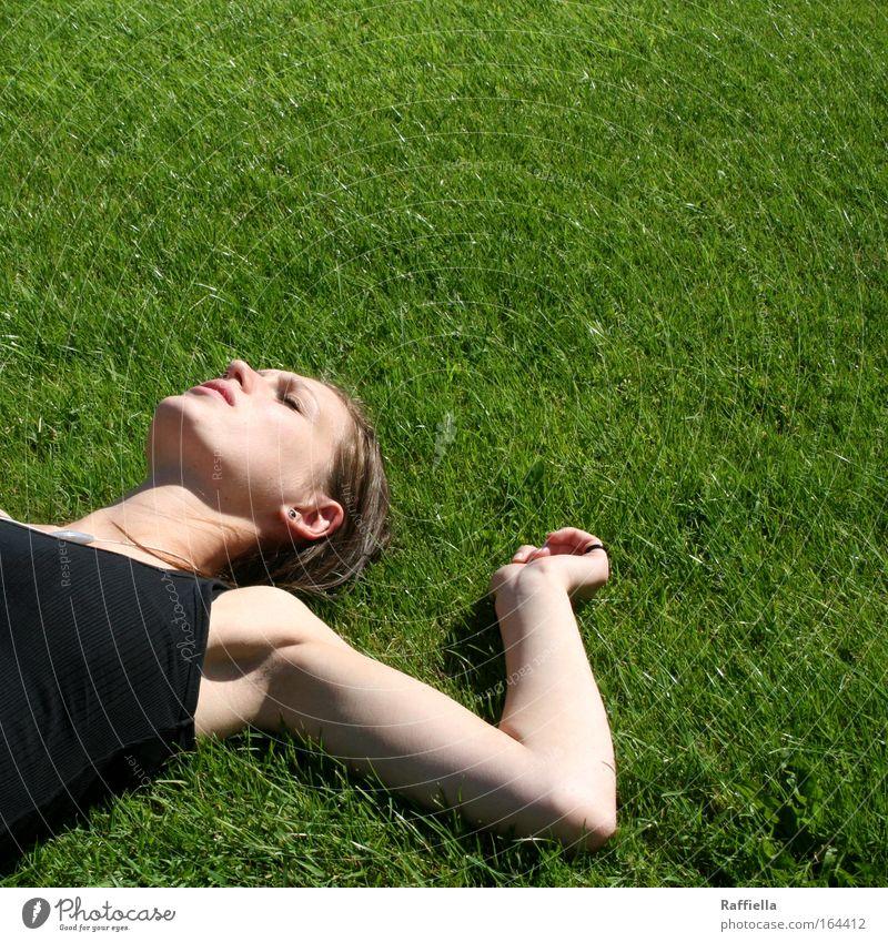 auf der Suche ... Mensch Jugendliche schön grün Sommer Gesicht Ferien & Urlaub & Reisen ruhig Ferne Erholung Wiese feminin Freiheit Kopf Denken Arme