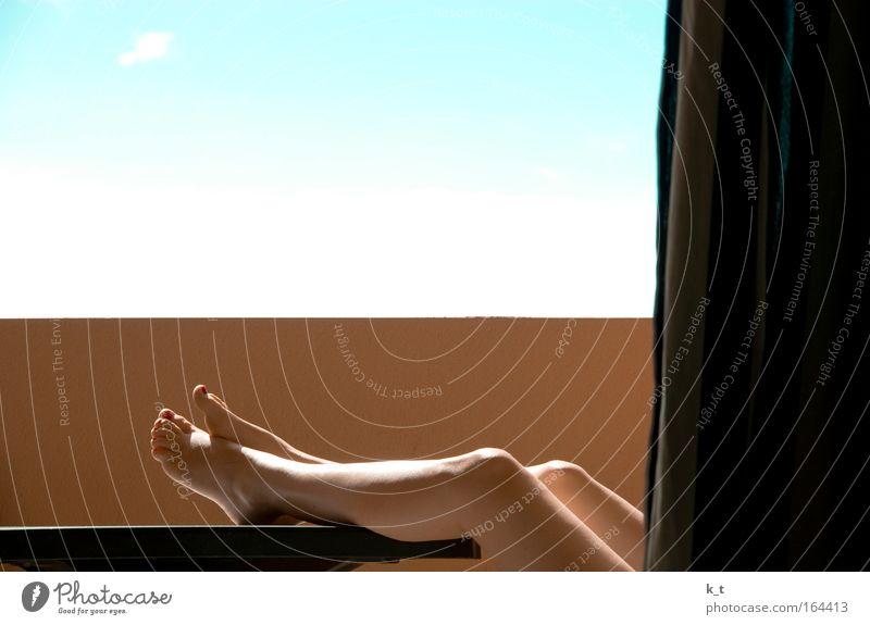 Auch mal die Beine hochlegen Mensch blau Ferien & Urlaub & Reisen Sommer ruhig Erholung gelb feminin Wand Mauer Beine Zufriedenheit liegen sitzen schlafen Warmherzigkeit