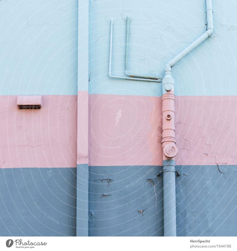 Kunst am Bau Haus Bauwerk Gebäude Mauer Wand Fassade Stadt verrückt blau rosa Streifen gestreift bemalt mehrfarbig Farbe Rohrleitung Abflussrohr Leitung