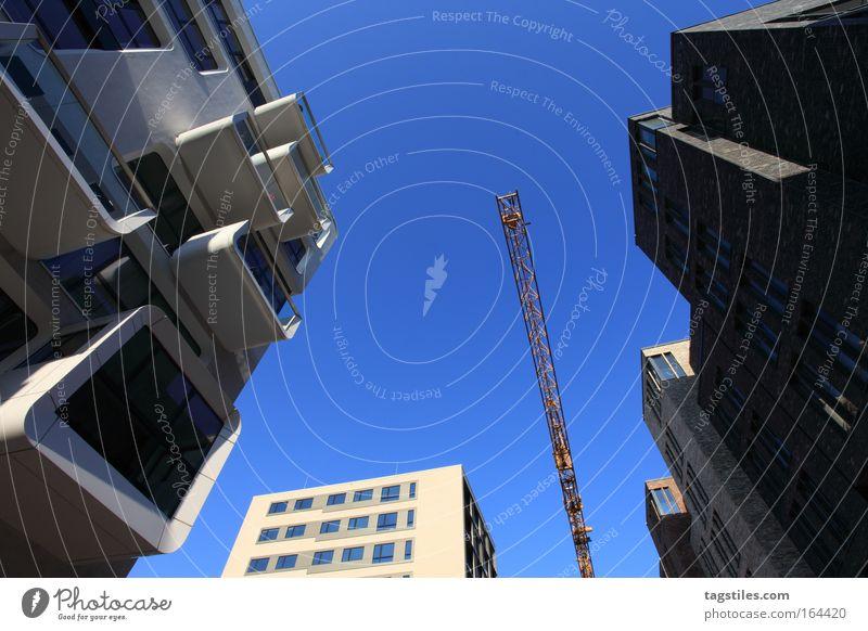 GODZILLAS NACHWUCHS Stadt Haus Gebäude Architektur Hochhaus Hamburg Zukunft Technik & Technologie Bauwerk Stadtzentrum Maschine Kran Fortschritt Baumaschine