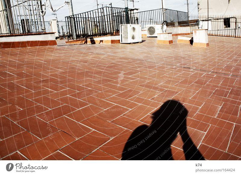 rooftop Mensch Mann Stadt rot Haus Einsamkeit Leben träumen Kopf Denken Erwachsene maskulin sitzen Ordnung Dach Bodenbelag