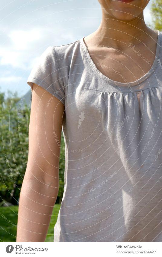 schönwetterstyle Farbfoto Außenaufnahme Sonnenlicht Schwache Tiefenschärfe Zentralperspektive Oberkörper feminin Junge Frau Jugendliche 1 Mensch 18-30 Jahre