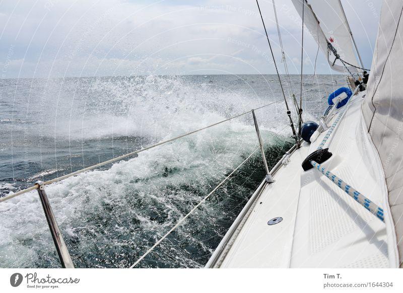 Segeln Himmel Wolken Horizont Frühling Ostsee Meer Einsamkeit Wellen Gischt Wasserfahrzeug Reling Farbfoto Außenaufnahme Menschenleer Tag