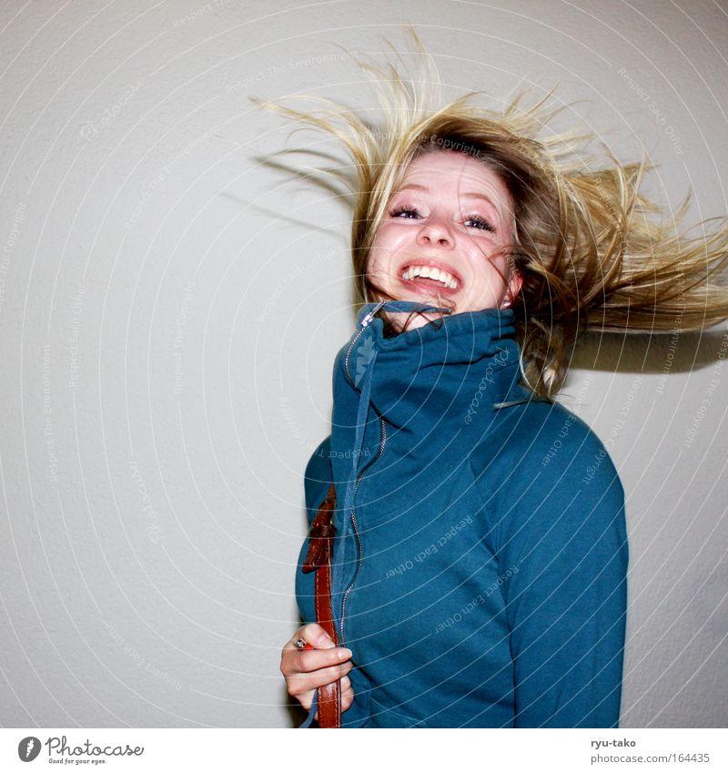 Heute ist ein guter Tag. Farbfoto Innenaufnahme feminin Frau Erwachsene Jugendliche Haare & Frisuren 1 Mensch 18-30 Jahre Pullover blond Bewegung drehen Lächeln