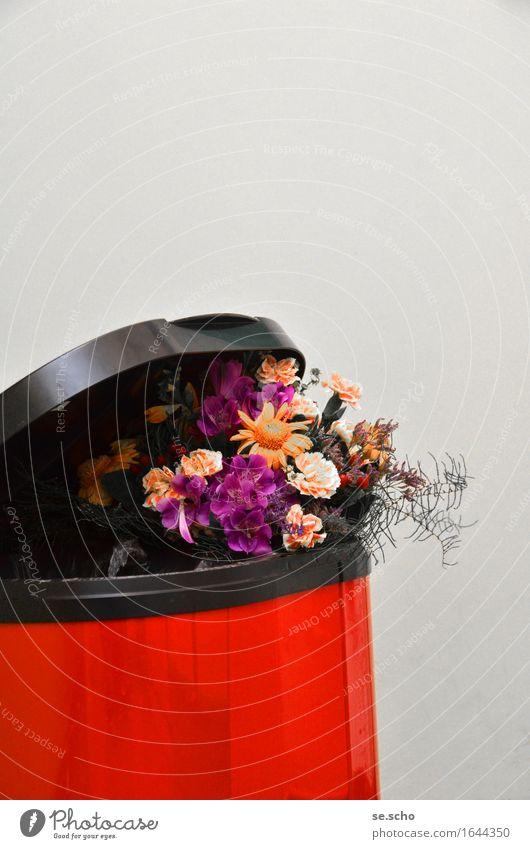 Party is over Blumenstrauß Metall Gefühle Stimmung schön Enttäuschung Vergangenheit Vergänglichkeit verlieren Müll Müllbehälter welk rot Maul Farbfoto