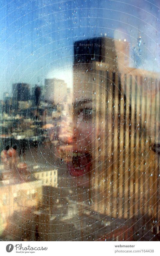 Scream! Frau Mensch Jugendliche blau Hand Stadt Gesicht Erwachsene Auge feminin Fenster Wand Kopf Haare & Frisuren Mauer Stimmung