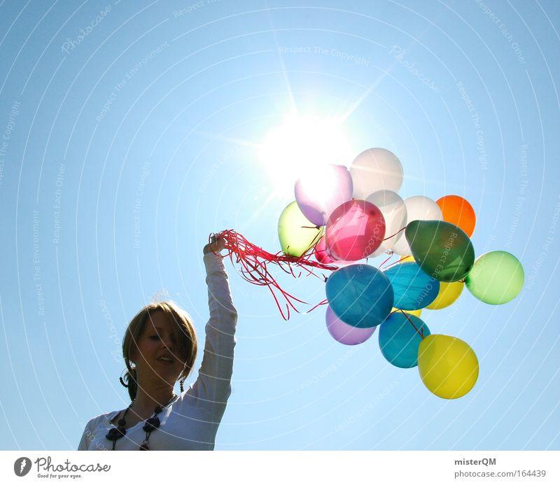 Einfach mal abheben. Himmel Jugendliche Sonne Sommer Freude Farbe Leben feminin Freiheit Glück Party Kunst Feste & Feiern fliegen frei frisch