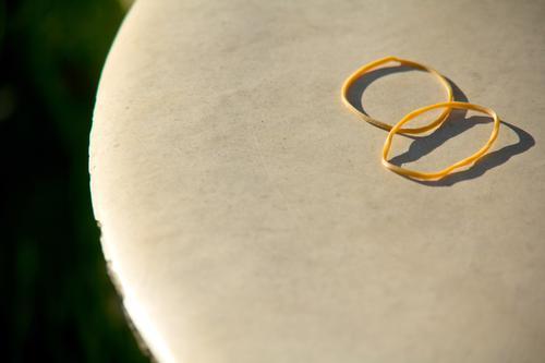 Gummis in der Abendsonne Sonne Garten Textfreiraum paarweise Tisch Kreis rund Möbel Ring Unterhose Gartenmöbel Gummiband Gartentisch