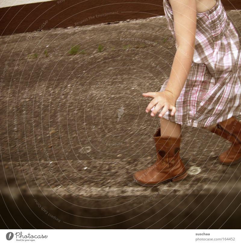 auf der mauer, auf der ... Mensch Kind Mädchen Sommer Spielen Bewegung Mauer Zufriedenheit laufen Kleid Asphalt Stiefel Gleichgewicht Kindergesicht Schwung Schuhe