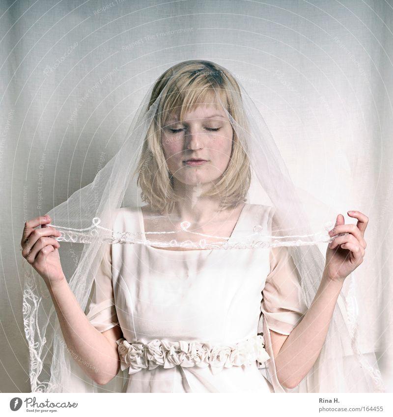 Die Braut Gedeckte Farben Textfreiraum oben Porträt Oberkörper geschlossene Augen Glück Hochzeit Mensch feminin Junge Frau Jugendliche Erwachsene 1 18-30 Jahre