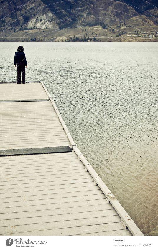 Steg Farbfoto Gedeckte Farben Außenaufnahme Tag Ganzkörperaufnahme Rückansicht Mensch 1 Wasser Küste Seeufer Denken stehen trist träumen Verzweiflung ruhig