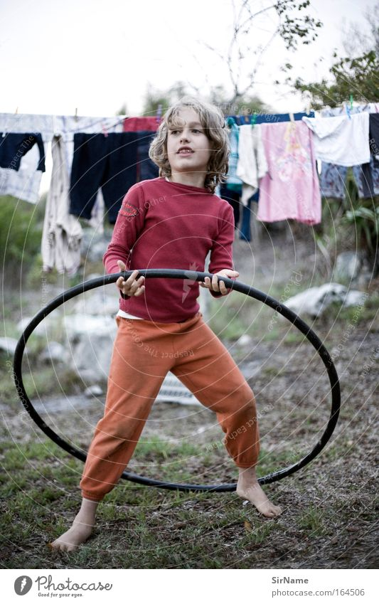 99 [garden games] Kind Jugendliche schön Leben Spielen Bewegung Junge Glück natürlich Kindheit blond Tanzen Zufriedenheit Armut Lächeln stehen